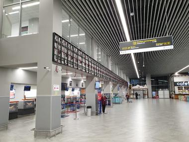 Изготовили и смонтировали экран в аэропорту Калининграда